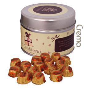 Lata decorada con muchos chocolates