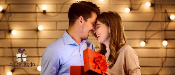 Pareja disfrutando de un momento especial con intercambio de regalos