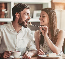 pareja comiendo dulces