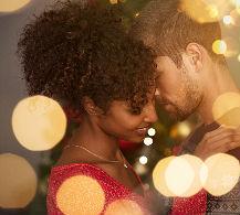 Pareja intercambiando regalos en San Valentín