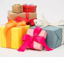 Mujer escondiendo un regalo sorpresa