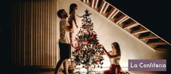familia poniendo el árbol de navidad