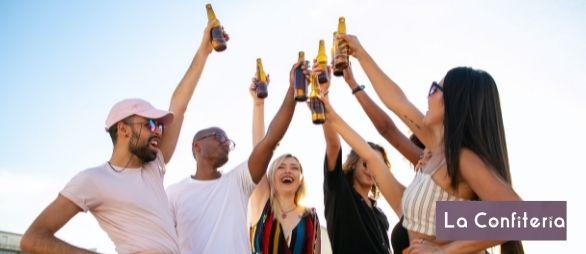 personas brindando felices