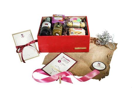 Caja de madera forrada con ecocuero acompañada de alimentos
