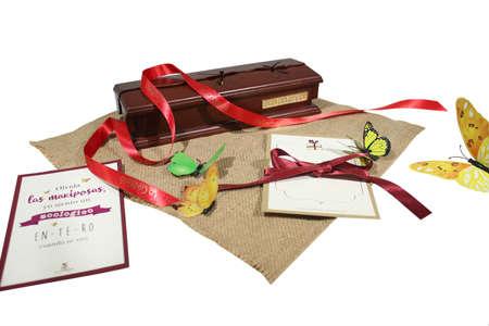 Caja de madera decorada con lazos y mariposas