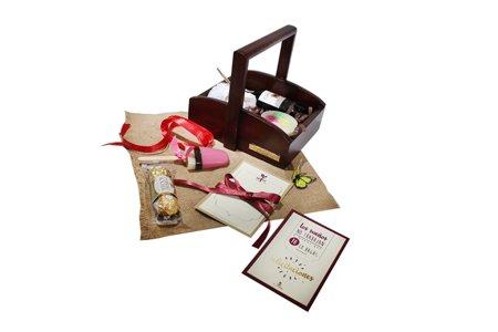 Ancheta con tarjeta personalizable, vino, chocolate y jabón vegetal