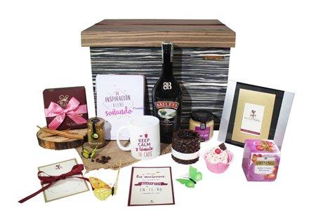 Caja regalo con tarjeta, whisky, agenda, miel y moños