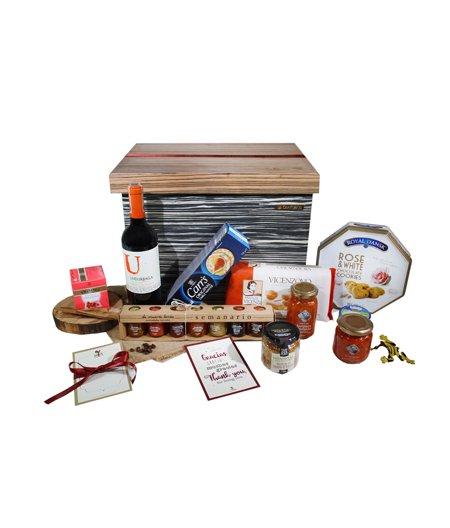 Caja de madera con chapilla y alimentos