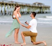 novio pide matrimonio en la playa